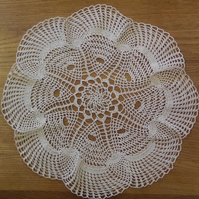 LARGE CREAM TABLE CENTREPIECE, MAT or DOILY - LOVELY FINE DESIGN - 42cm ACROSS