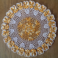 TABLE CENTREPIECE IN CREAM WITH 24 GOLD PANSIES AROUND THE EDGE - 35cm
