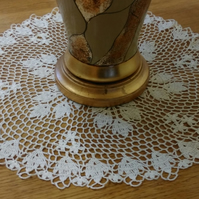 LARGE - 44cm -CREAM TABLE DECORATION, MAT or DOILY - BEAUTIFUL  LEAF PATTERN!