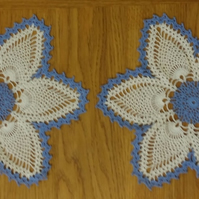 LOVELY PAIR of BLUE & CREAM DOILIES - 26cm  - LOVELY PATTERN - TABLE DECORATION