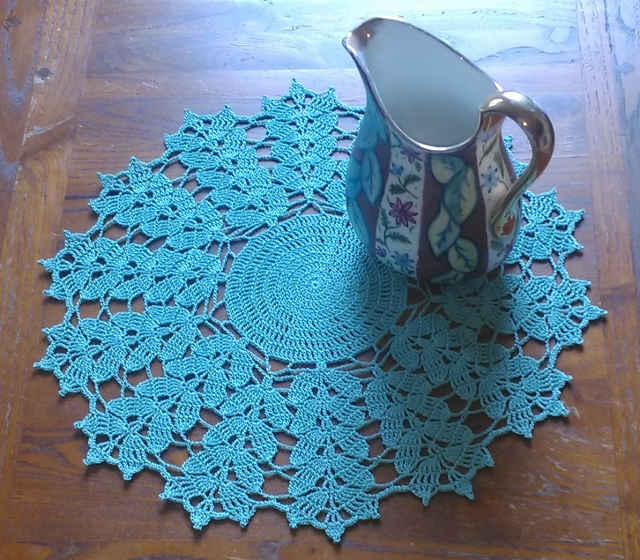 TABLE CENTREPIECE or DOILY, HANDMADE IN 100% COTTON - GREEN LEAF PATTERN 30CM