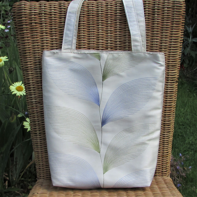 Tote bag in ivory satin with blue and green leaf pattern
