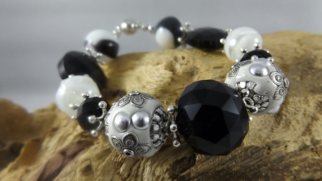 bracelet beaded black and white