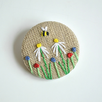Embroiderd flower badge, daisy badge, linen foral pin badge, embroidered bees