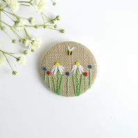 Embroidered flower badge, daisy badge, linen floral pin badge, embroidered bees