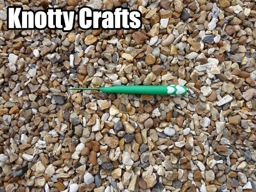 Crochet Hook Size 2.5mm Green Clay with GLOW IN DARK Hearts at base of handle
