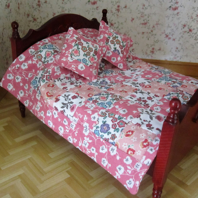 1:12 scale Double bed quilt with 2 cushions (pink)