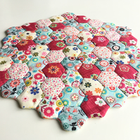 Quilted hexagons table mat