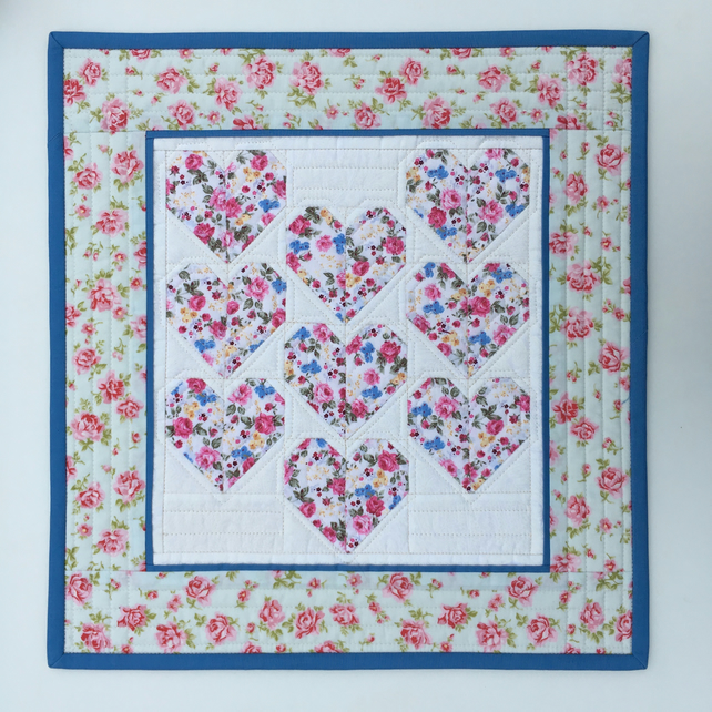 Quilted wall hanging (hearts)