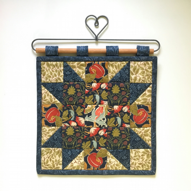 Mini quilted wall hanging (V&A)