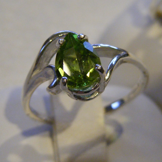 Ring in Sterling Silver featuring a Pretty Peridot gem in a Swirl design size T
