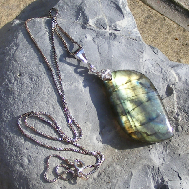 Pendant and chain in Sterling Silver set with Labradorite Gemstone