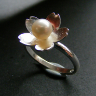 Sterling Silver Flower Ring with Cultured Fresh Water Pearl Hall Marked UK SZ Q