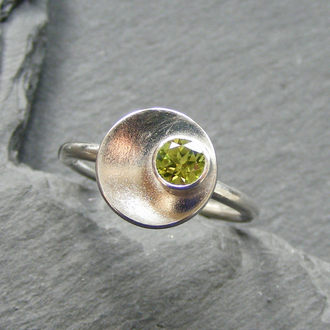 Ring in Sterling Silver with Natural Peridot Gem Modernist Design Hall Marked