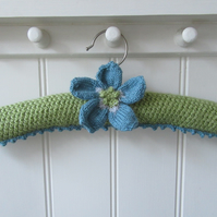 Padded coat hanger knitted with anemone flower