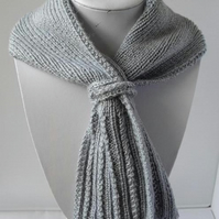 Short Toggle Scarf - Pale Grey