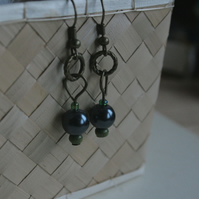 LATUNO IV - indigo pearl and green beads earrings