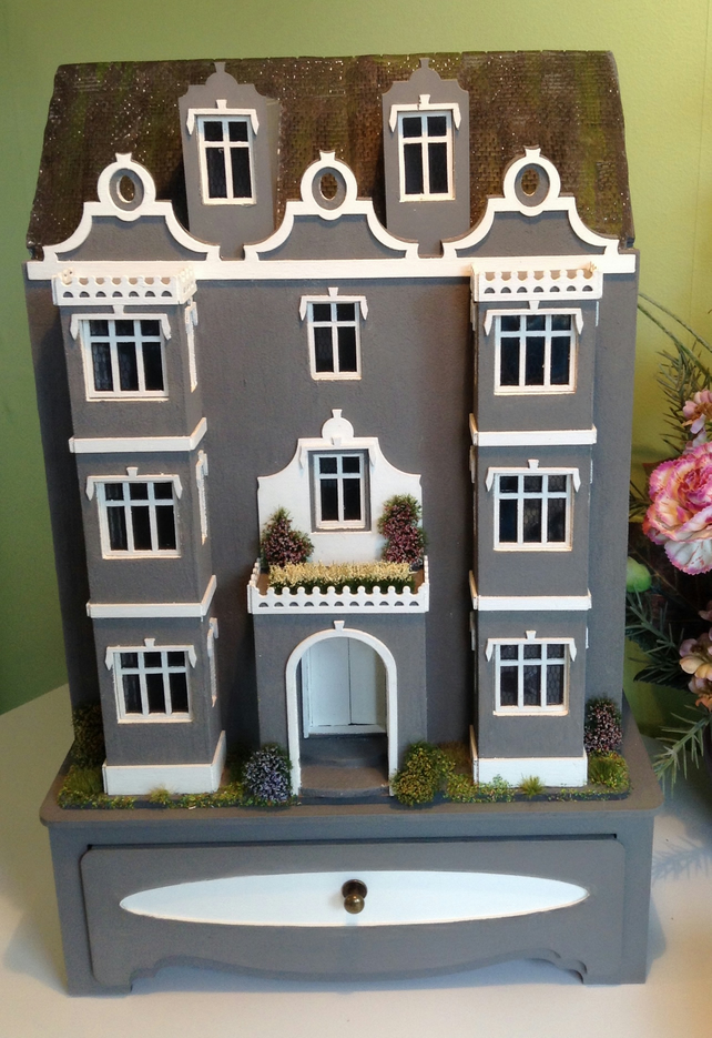 48th, dolls house, mansion, 11 rooms, with base
