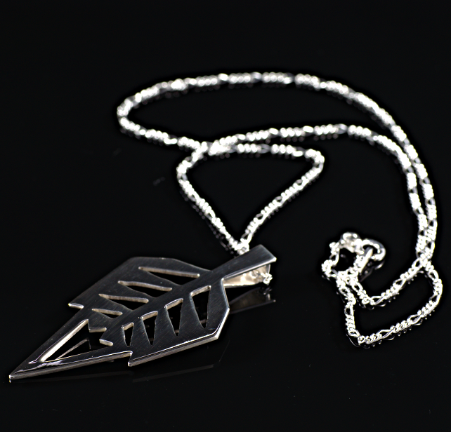 Sterling silver stylised leaf pendant. (059)