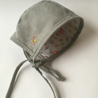 Reversible grey linen embroidered bonnet