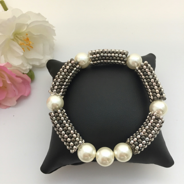 SALE - Cream pearl & gunmetal stretch bracelet