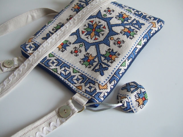 Vintage geometric embroidery across your body or shoulder bag.
