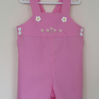 Short girly dungarees with embroidered daisies.