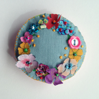 Blue flowery wreath brooch
