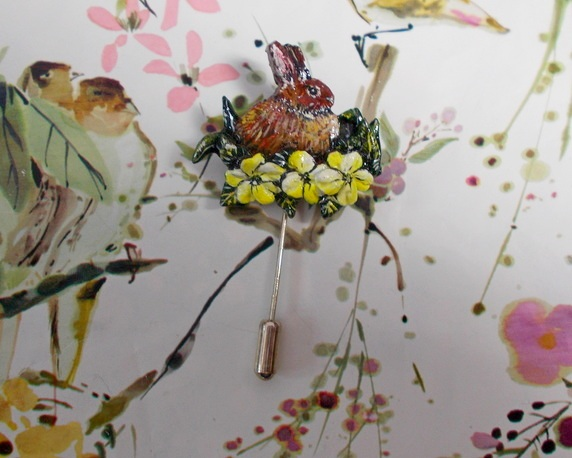RABBIT & PRIMROSE PIN Wildlife Floral Wedding Lapel Brooch HANDMADE HANDPAINTED