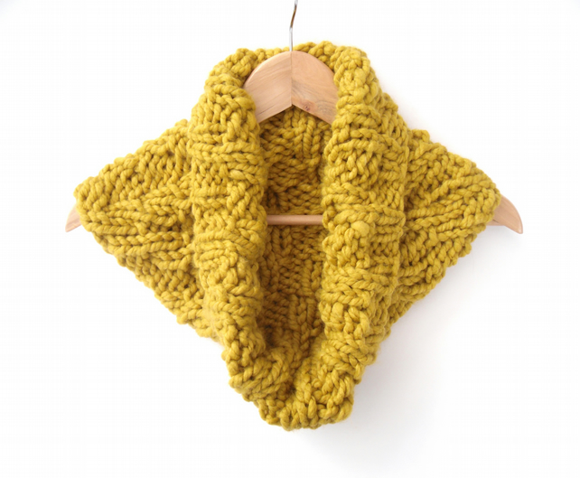 Knitting pattern for chunky chevron cowl