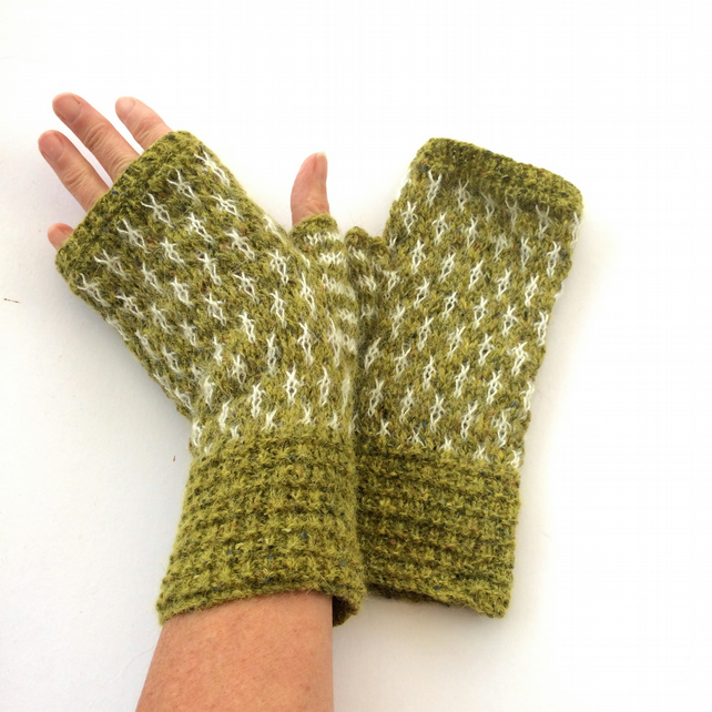 Knitted fingerless gloves green & white