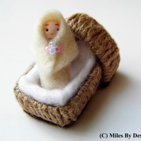 1:12 Scale Baby Dolly In Moses Basket Doll House Toy