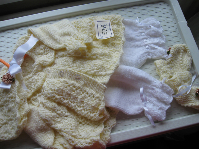 Beautiful 4pc set in lemon and white 3-6m