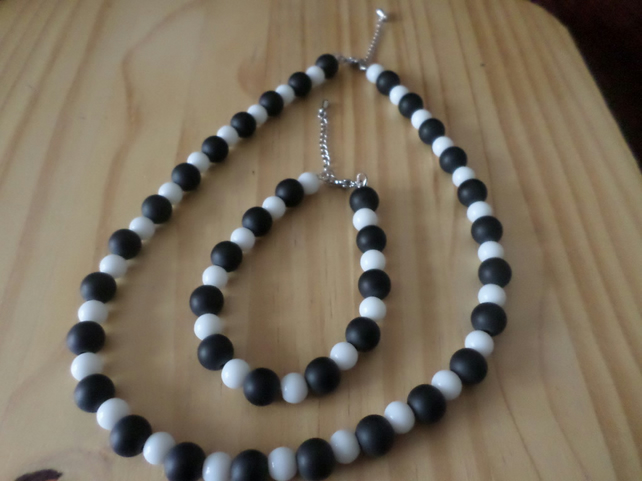 Black and white beaded necklace set