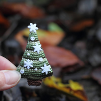 Christmas tree with snowflakes crochet brooch, winter holidays gift, accessories