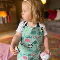 "Kid's adjustable cotton apron - age 18 months upwards - length 19"" - pandas"