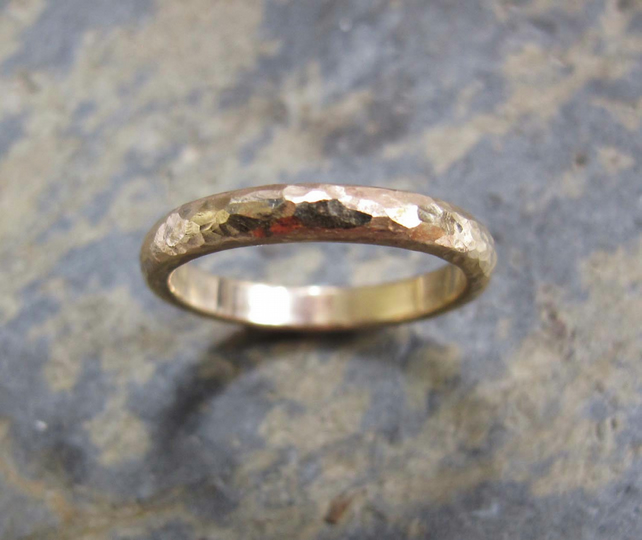 Men's D-shaped 9ct yellow gold band ring.