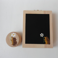 Gift set of personalised yoyo and memo with Hedgehog and daisy design