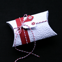 Snowflake Pillowbox - Handcrafted Christmas Gift Box - dr17-0059