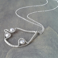 Pearl necklace with wire-wrapped pendant in Sterling silver