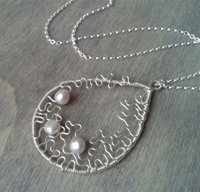 Contemporary pearl necklace in sterling silver