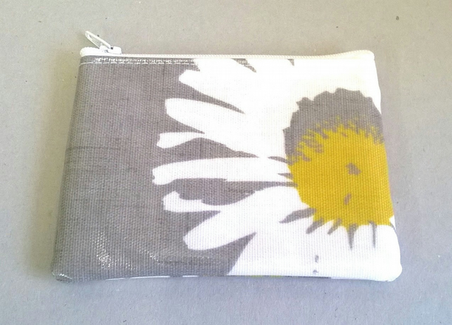 Coin purse in grey with large daisy pattern, fits cards