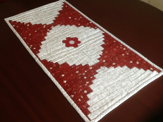 Curved log cabin table runner