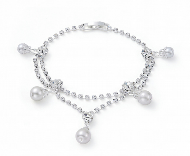 SUMMER SALE. Vintage Style Pearl and Diamante Bracelet