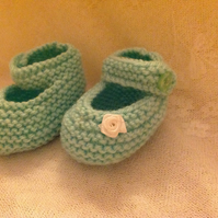 BABY SHOES in MINT to fit 1m-3m in MINT WITH WHITE FLOWER AT SIDE. HAND KNITTED