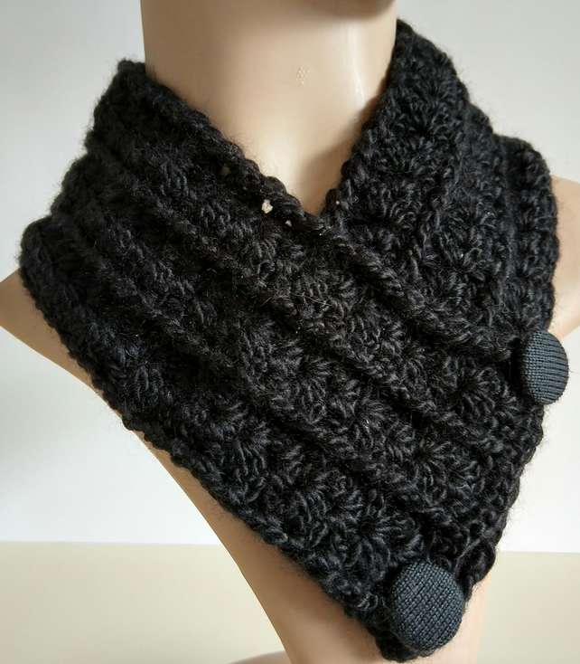 Happy Scarf of the Month Club Day! Last week I received a request for a pattern to go with My Little Black Hat pattern so I decided to write up this simple cowl pattern you can make to go with your Little Black Hats. This is just one of the free patterns we have available for you this month.
