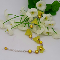 BR327 Yellow lucite flower bracelet with beads