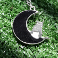 R39 Moon and cat necklace with black resin
