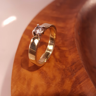 Stunning Handmade Ladies 9ct Gold Engagement Ring with a Basket Set