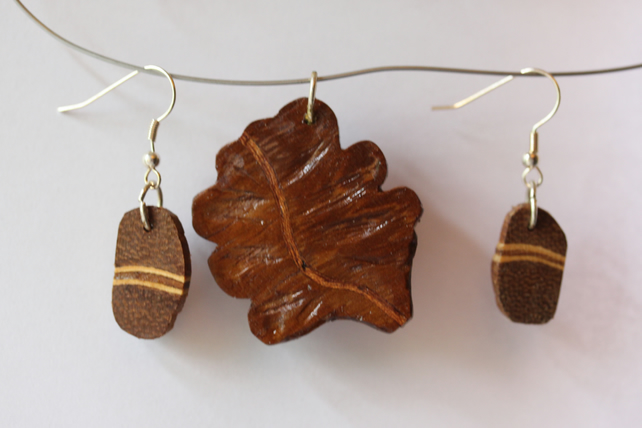 OAK leaf motif pendandt with two earrings with a veneer stripe